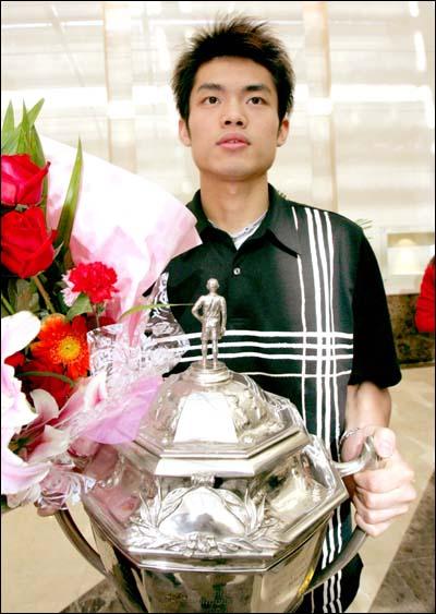 中国羽毛球队凯旋 林丹手捧汤姆斯杯