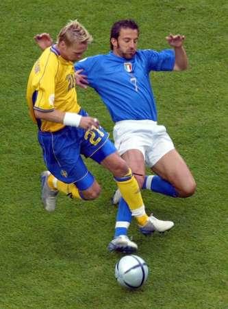 意大利vs瑞典 皮耶罗倒地铲球