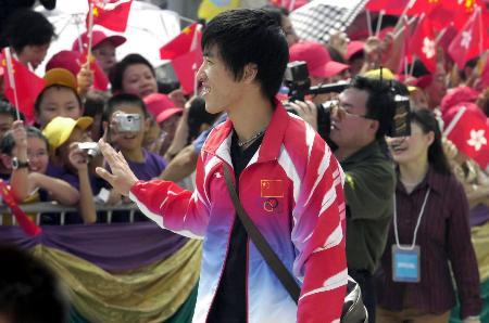 奥运冠军参观金紫荆广场 刘翔向市民致意