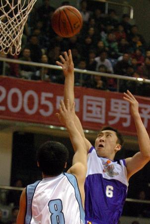北京首钢90比71上海 章文琪篮下强攻