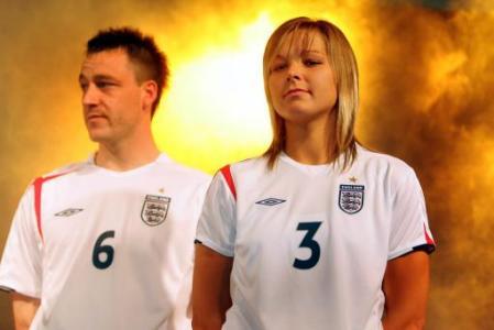 备战06世界杯 英格兰国家队展示新球衣