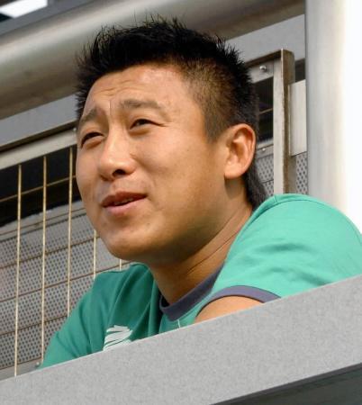 ...张恩华现身香港旺角大球场,观看中国香港甲级足球联赛.张恩...
