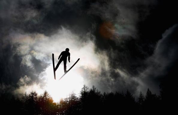 北欧两项个人竞速赛 选手飞翔在天际