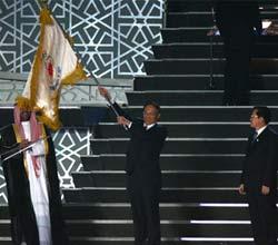 闭幕式上刘鹏接过亚运会会旗
