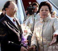 中国代表团凯旋 陈至立机场迎接