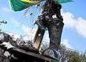巴西球迷焚毁小罗雕像