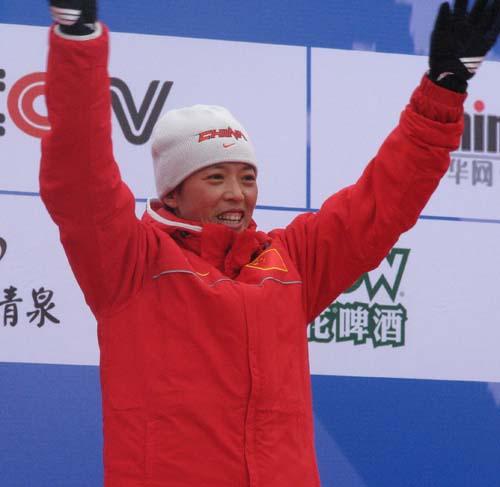 冬两女子颁奖仪式 冠军刘显英喜形于色