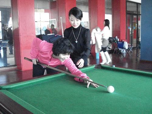 高敏搭档潘晓婷打台球