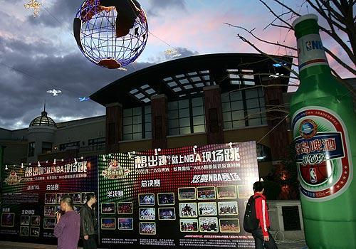 """图为2010青岛啤酒""""炫舞激情""""nba啦啦队选拔赛的巨大招贴海报 李磊/摄"""