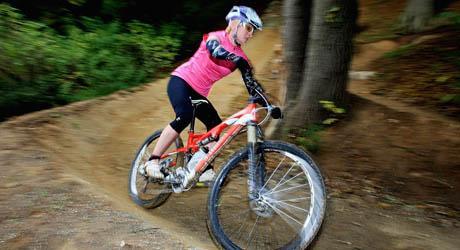 图为英国运动员玛迪·霍顿在伦敦奥运会新建山地车赛道上试车