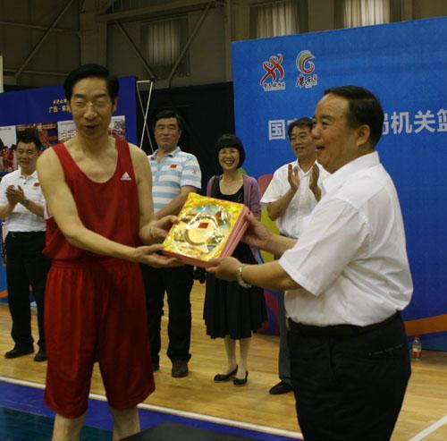 冯建中追忆打篮球时光 直言体育发展离不开农民图片