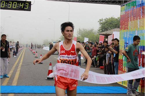 公里路跑联赛青岛站在唐岛湾公园鸣枪起跑,来自青岛的4500多名跑步